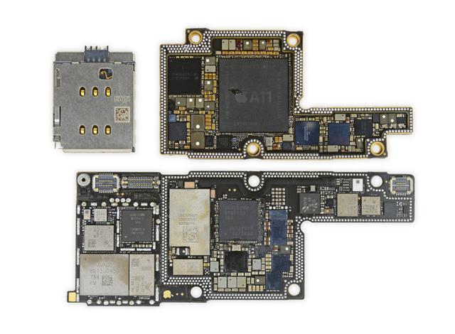 正如我们芯智讯之前所预测的那样,iPhone X的主板将会由两块主板堆叠而成,两块主板接触的那一面的边缘都有一圈连接点,他们完全吻合,两块主板可以叠加放置在手机内部,减少手机内部空间占用。 接下来我们再来看主板上都有哪些元器件: